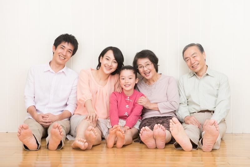 フローリングに座る家族